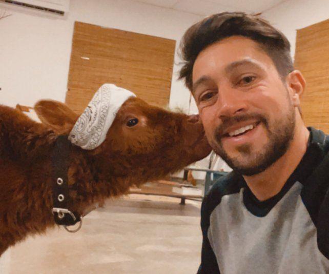 El agroinfluencer Bruno Riboldi y la ternera María