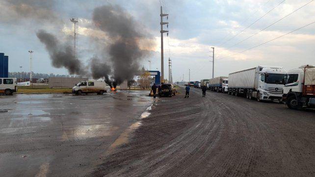 Más de 12 terminales portuarias están paralizadas por los piquetes de la Uocra.